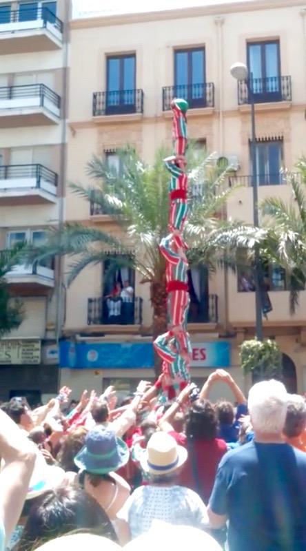 El pilar de cinc aixecat a Alacant davant el públic més divers, minuts abans de la mascletà